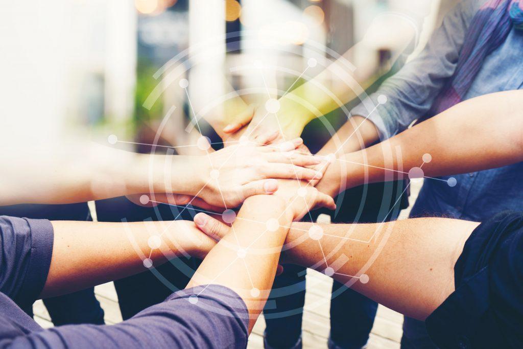 mani di persone che lavorano insieme, team efficaci